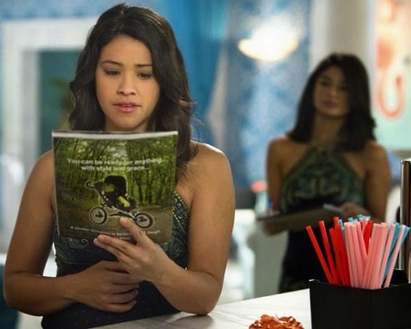 Jane the Virgin: la protagonista Gina Rodriguez in una scena della puntata Chapter Fourteen