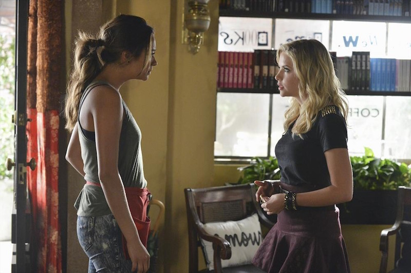 Pretty Little Liars: le attrici Shay Mitchell e Ashley Benson in una scena di Oh What Hard Luck Stories They All Hand Me