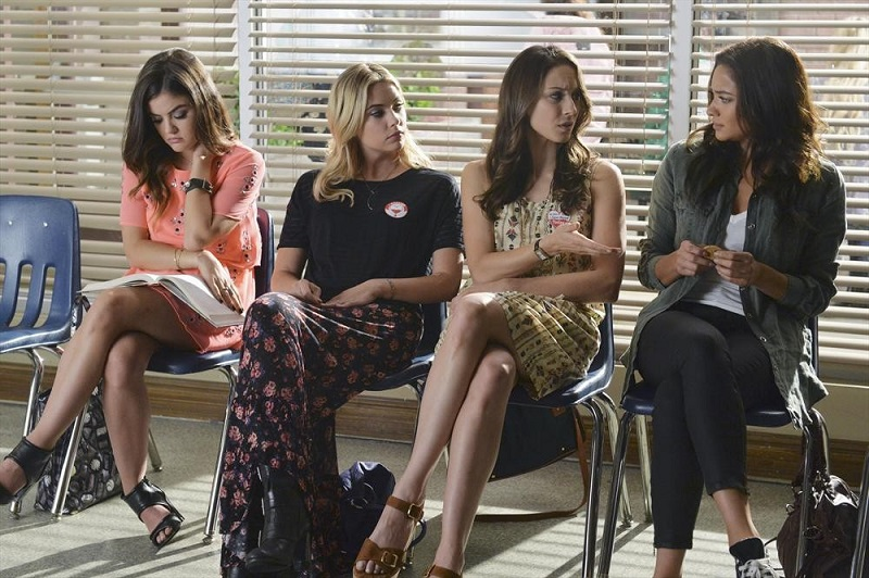 Pretty Little Liars: Lucy Hale, Ashley Benson, Troian Bellisario e Shay Mitchell nell'episodio Out Damned Spot
