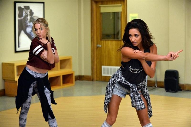 Pretty Little Liars: Hanna (Ashley Benson) ed Emily (Shay Mitchell) impegnate in una coreografia in Pretty Isn't the Point