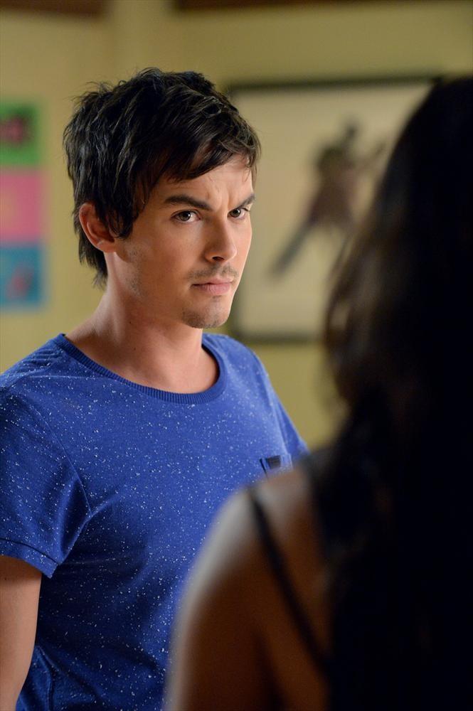 Pretty Little Liars: l'attore Tyler Blackburn in una scena di Pretty Isn't the Point