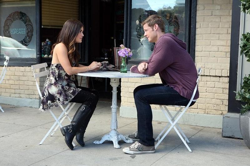 Pretty Little Liars: Lucy Hale e Brandon Jones in una scena dell'episodio Pretty Isn't The Point