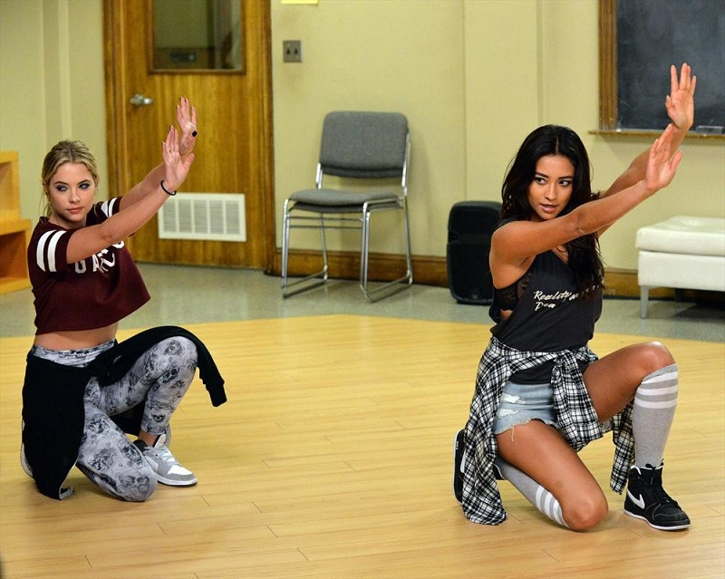 Pretty Little Liars: le attrici Ashley Benson e Shay Mitchell in Pretty Isn't the Point