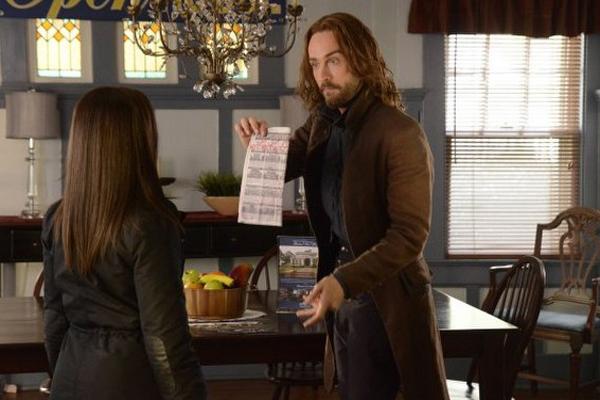 Sleepy Hollow: Nicole Beharie e Tom Mison in una sequenza della puntata Spellcaster