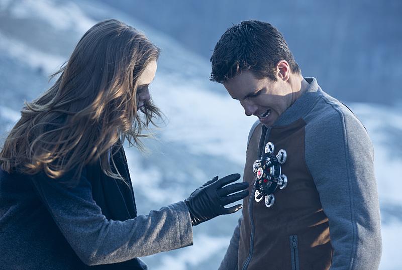 The Flash: una scena tra Caitlin e Ronnie interpretata da Danielle Panabaker e Robbie Amell