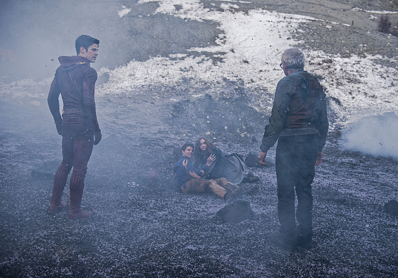The Flash: Grant Gustin, Robbie Amell, Danielle Panabaker e Victor Garber nell'episodio Fallout