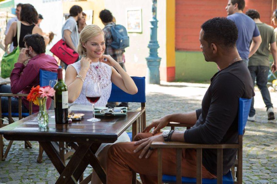 Focus - Niente è come sembra: Margot Robbie sorride a Will Smith in una scena