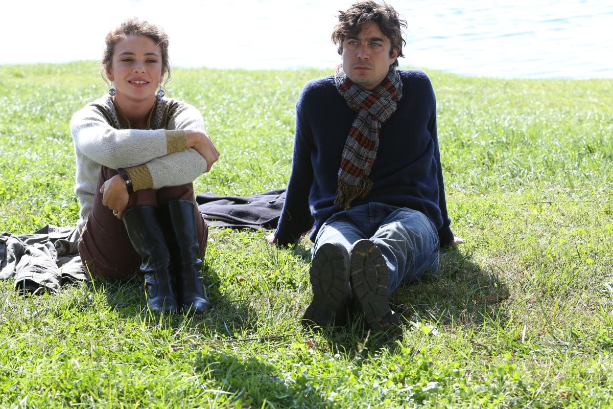 Nessuno si salva da solo: Riccardo Scamarcio e Jasmine Trinca sono Gaetano e Delia in una scena del film