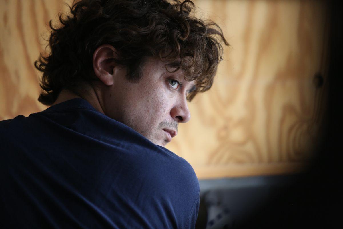 Nessuno si salva da solo: Riccardo Scamarcio in un momento del film