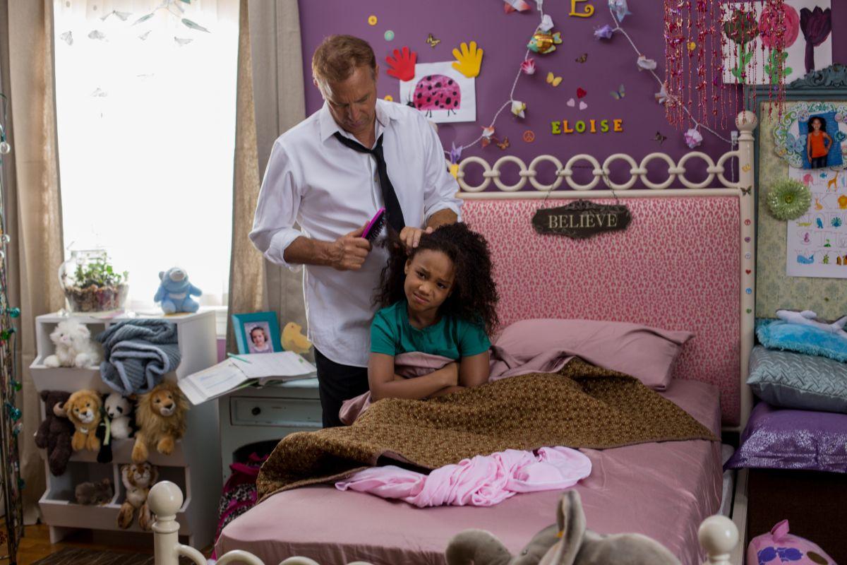 Black or White: Kevin Costner pettina Jillian Estell in una scena del film