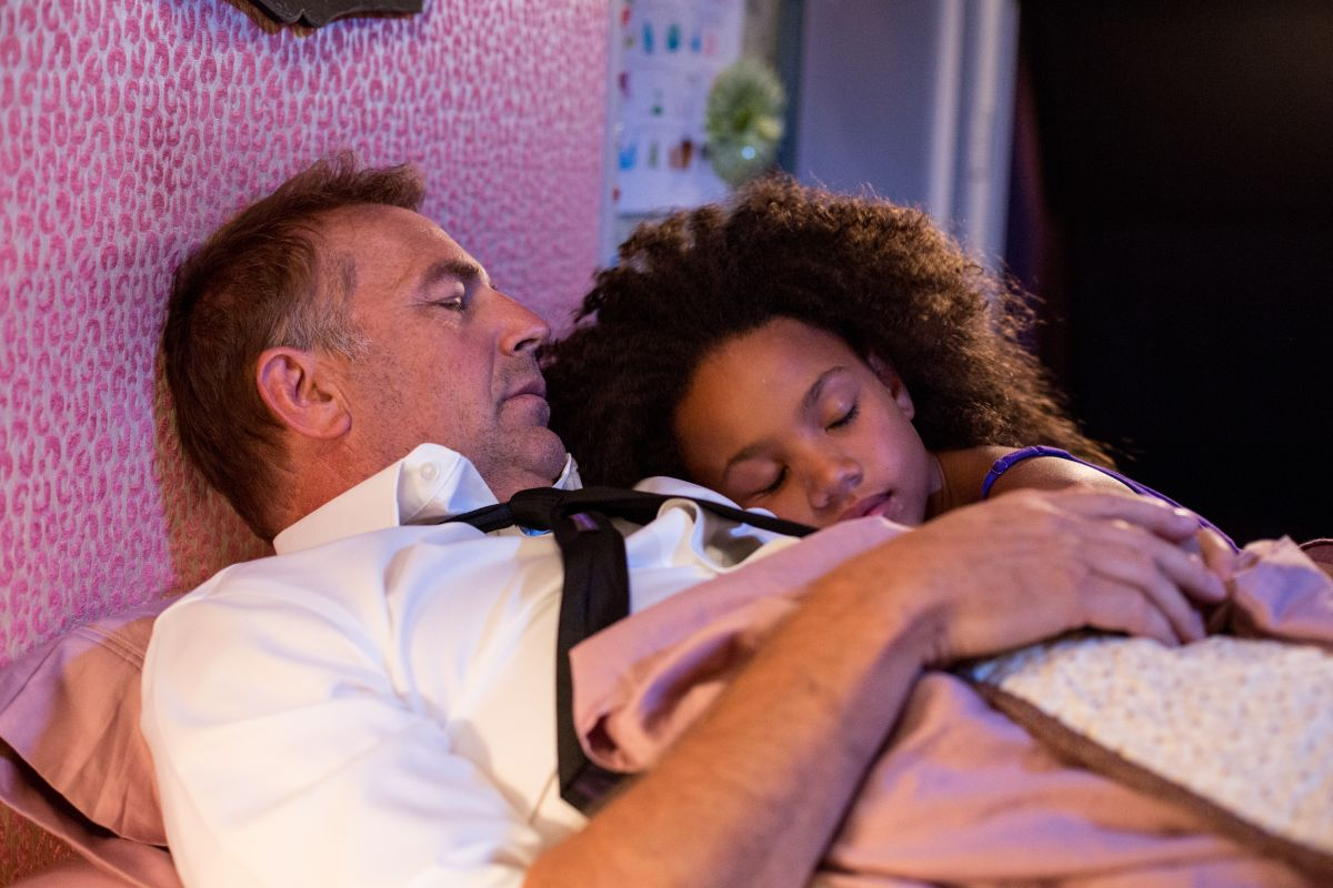 Black or White: Kevin Costner in una scena con la giovane Jillian Estell