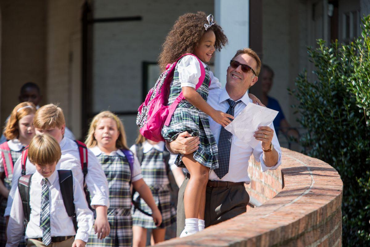 Black or White: Kevin Costner in una tenera immagine tratta dal film con la piccola Jillian Estell