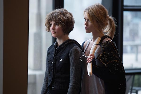 Gotham: Camreb Bicondova ed Erin Richards in una scena di Red Hood