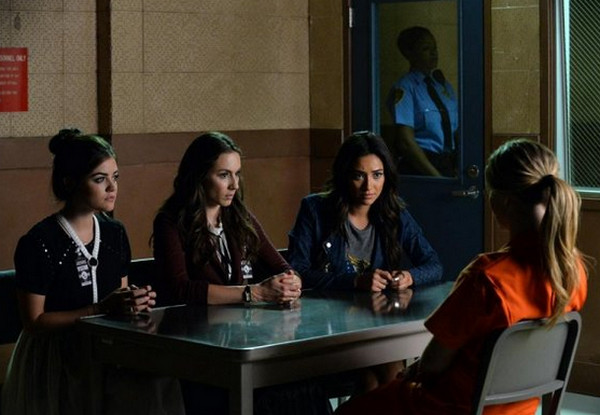 Pretty Little Liars: Lucy Hale, Troian Bellisario, Shay Mitchell e Sasha Pieterse in Bloody Hell