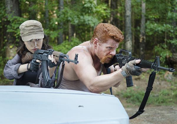 The Walking Dead: Christian Serratos e Michael Cudlitz in una scena dell'episodio intitolato La distanza