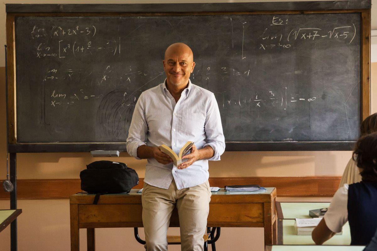 Ma che bella sorpresa: Claudio Bisio sorridente in una scena del film