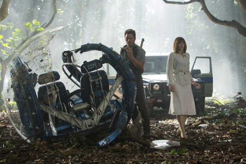 Jurassic World: Chris Pratt e Bryce Dallas Howard esplorano il parco jurassico