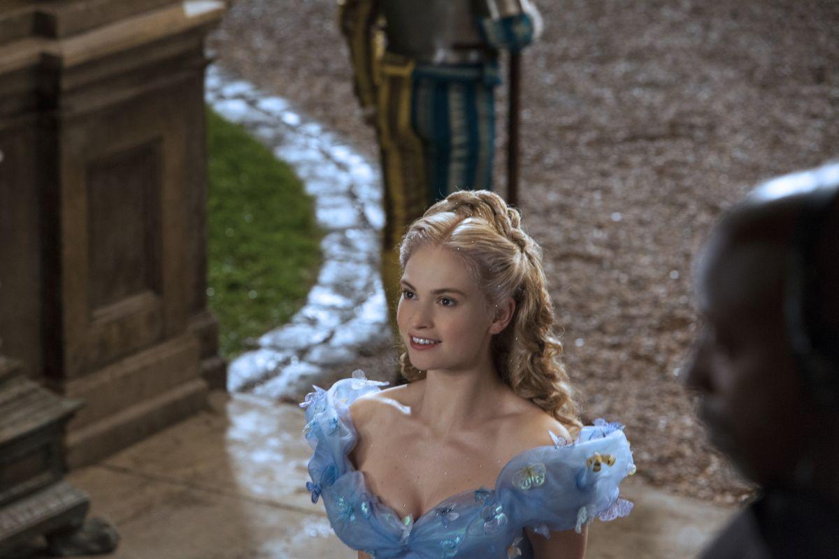 Cenerentola: Lily James si avvia verso il ballo in una scena del film