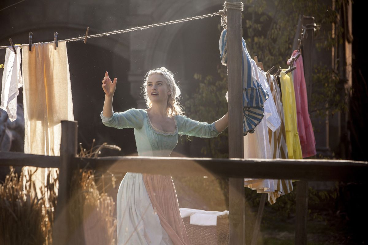 Cenerentola: Lily James nei 'panni' di Cenerentola in una scena del film