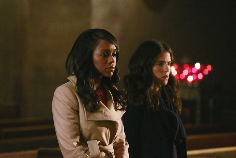 How To Get Away With Murder: le attrici Aja Naomi King e Karla Souza in una scena della puntata The Night Lila Died