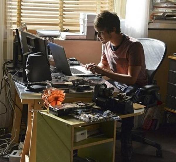 Pretty Little Liars: l'attore Tyler Blackburn nell'episodio Over a Barrel