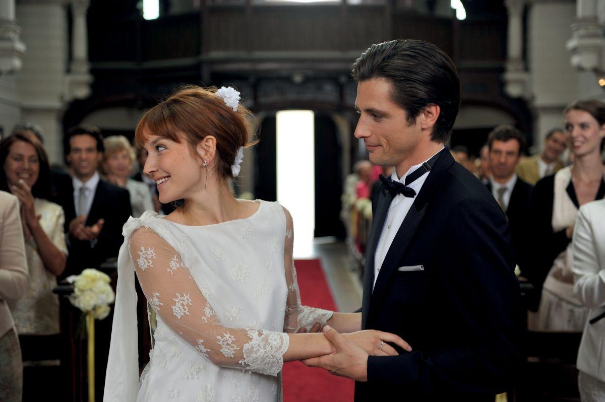 Una nuova amica: Anaïs Demoustier all'altare con Raphaël Personnaz in una scena