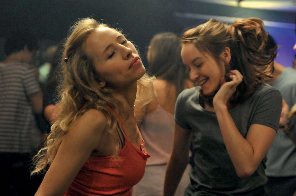 Una nuova amica: Anaïs Demoustier balla con Isild Le Besco in una scena