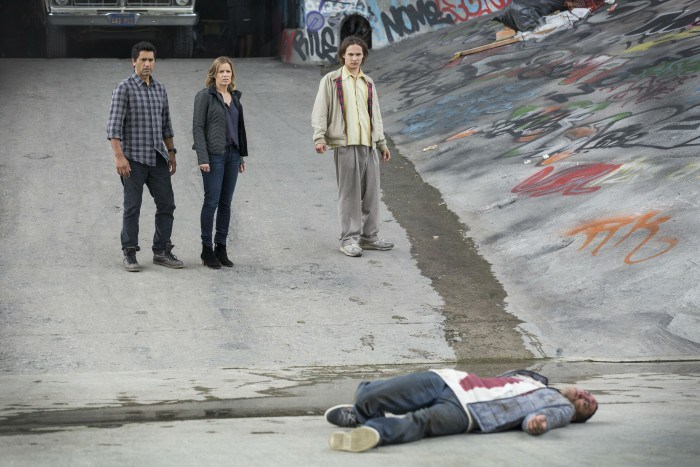 Fear the Walking Dead: Kim Dickens, Frank Dillane e Cliff Curtis di fronte a un cadavere