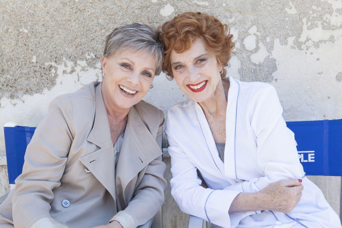 Latin Lover: Virna Lisi e Marisa Paredes sorridenti in una foto promozionale del film