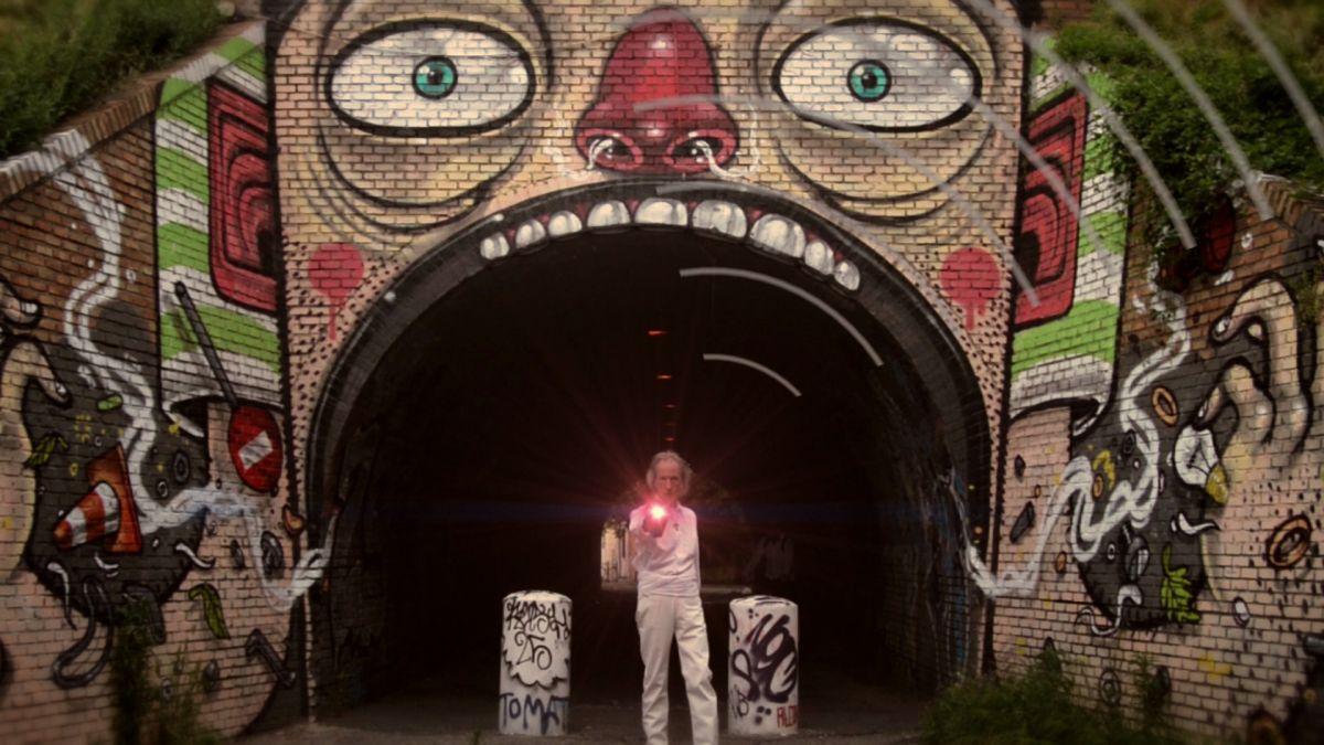 Onde Road: Antonio Costantini in arte Awanagana in una scena del documentario