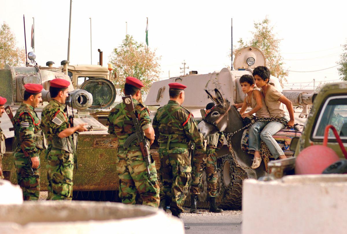 Bekas - In viaggio per la felicità: Zamand Taha e Sarwar Fazil a tu per tu con i militari in una suggestiva scena del film