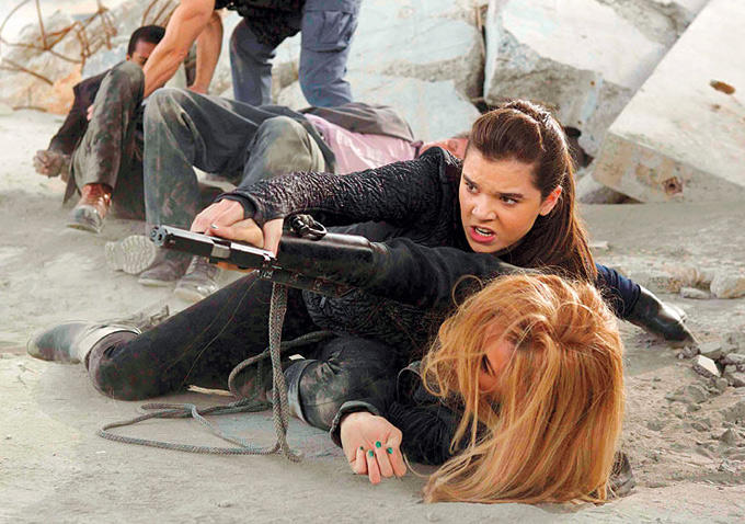 Barely Lethal: Hailee Steinfeld e Sophie Turner in un momento action