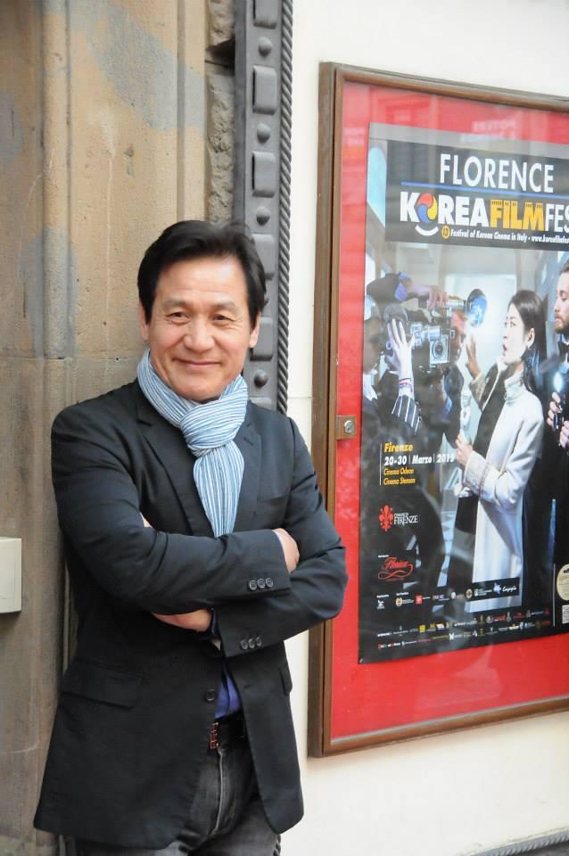 Ahn Sung-Ki a Firenze di fronte allo storico Cinema Odeon