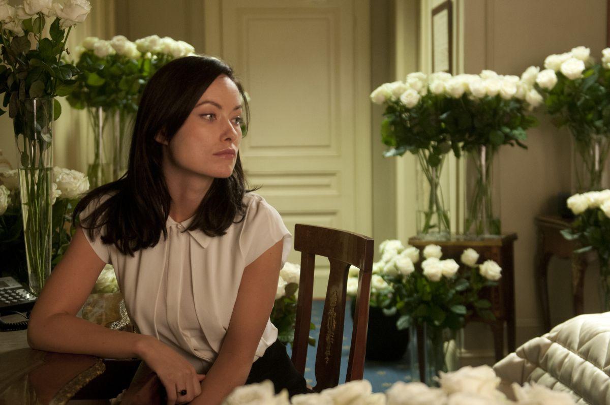 Third Person: Olivia Wilde circondata da fiori in una scena del film