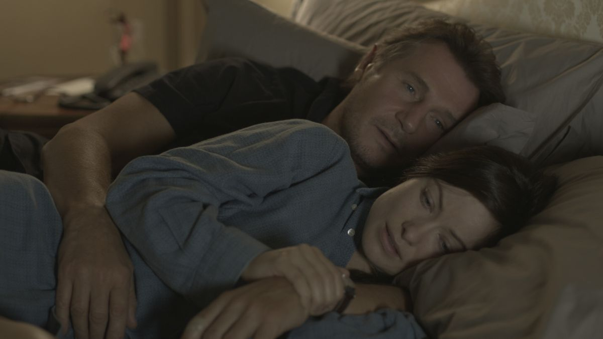 Third Person: Liam Neeson in una tenera scena del film con Olivia Wilde