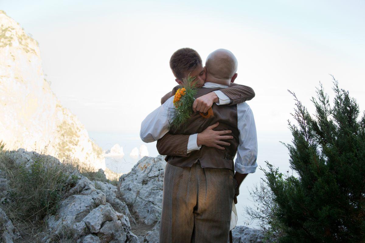Soldato semplice: Paolo Cevoli abbraccia Antonio Orefice in una scena del film