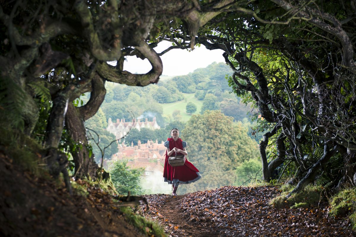 Into the Woods: Lilla Crawford è Cappuccetto Rosso in una scena