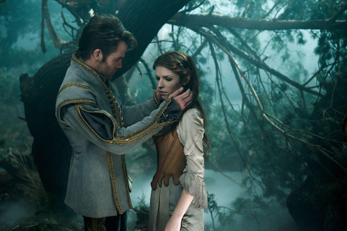 Into the Woods: Anna Kendrick insieme a Chris Pine in una scena