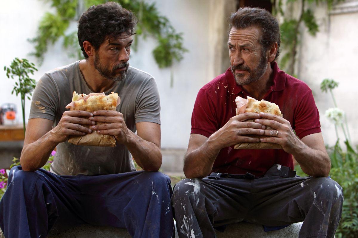 Se Dio Vuole: Alessandro Gassman si concede uno spuntino a base di pizza e mortadella con Marco Giallini in una scena