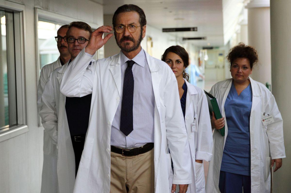 Se Dio Vuole: Marco Giallini nel ruolo del chirurgo Tommaso in una scena del film