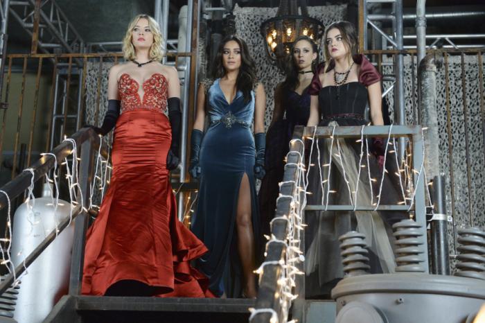Prety Little Liars: Lucy Hale, Troian Bellisario, Ashley Benson e Shay Mitchell una scena dell'episodio Welcome to the Dollhouse