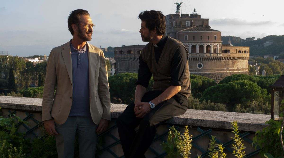 Se Dio Vuole: Alessandro Gassman a colloquio con Marco Giallini in un'immagine tratta dal film