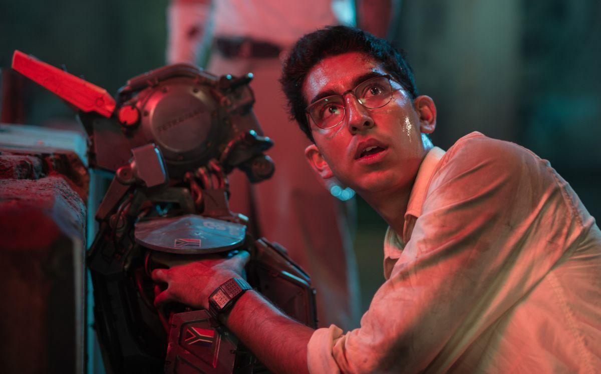 Humandroid: Chappie con Dev Patel in una scena del film