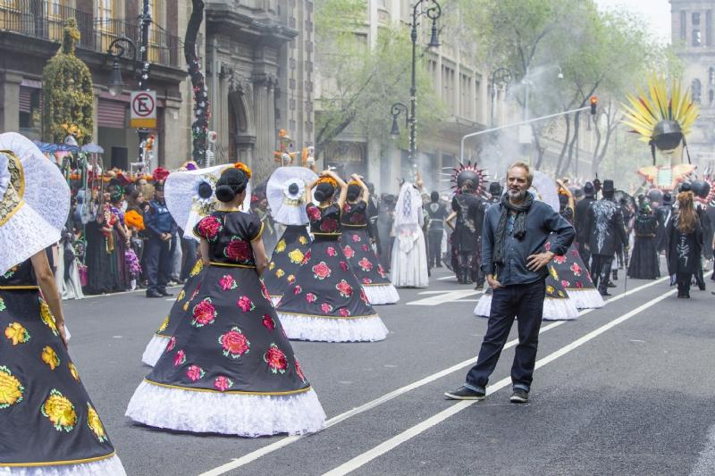 Spectre: Sam Mendes istruisce le numerose comparse della parata del Giorno dei Morti messicano