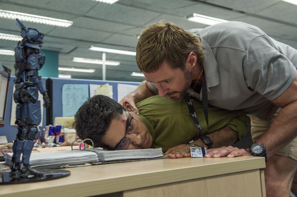 Humandroid: Hugh Jackman con Dev Patel in una scena del film