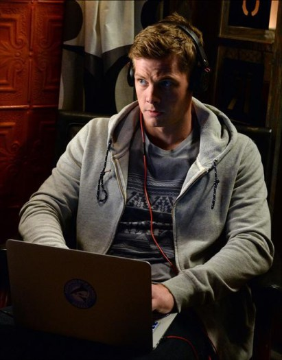 Prety Little Liars: Brandon Jones in una scena dell'episodio Welcome to the Dollhouse