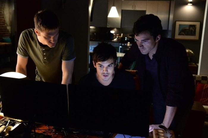 Prety Little Liars: Tyler Blackburn, Ian Harding e Keegan Allen in una scena dell'episodio Welcome to the Dollhouse