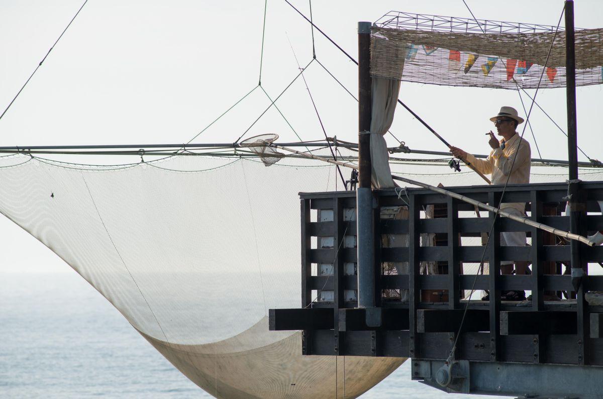 Tempo instabile con probabili schiarite: John Turturro in barca durante una pesca rilassante in una scena del film
