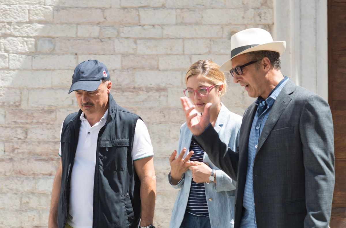 Tempo instabile con probabili schiarite: John Turturro con Carolina Crescentini e Luca Zingaretti in una scena del film