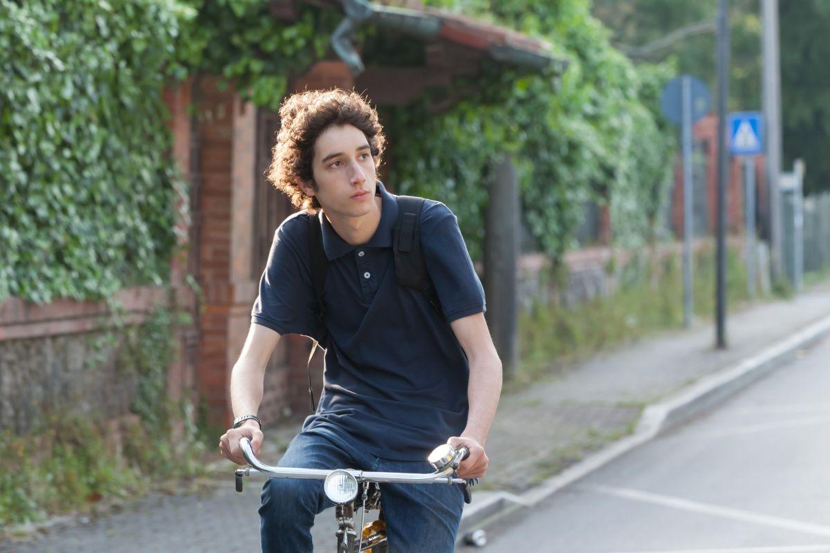Matteo Creatini in bicicletta in una scena di 'Short Skin'